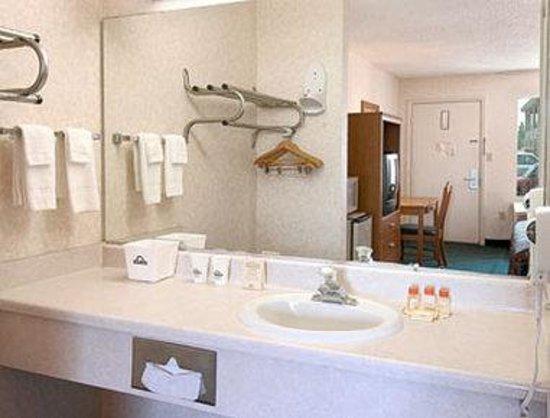 Days Inn Spartanburg Waccamaw : Bathroom