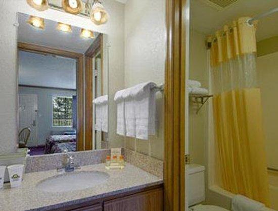 Days Inn by Wyndham Auburn: Bathroom