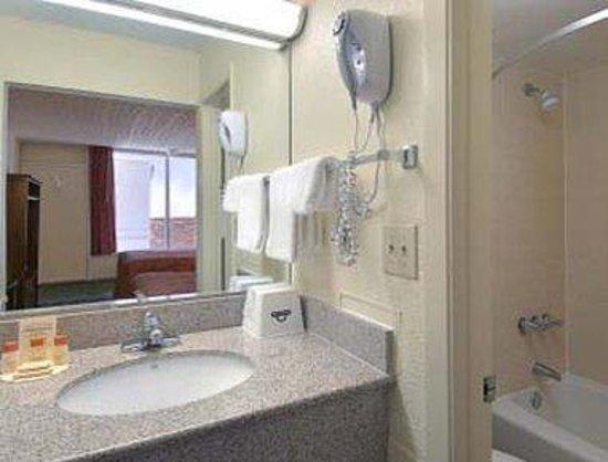 Days Inn Mount Pleasant-Charleston-Patriots Point: Bathroom