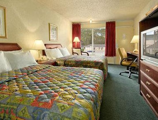 Days Inn Natchez: Standard Two Double Bed Room