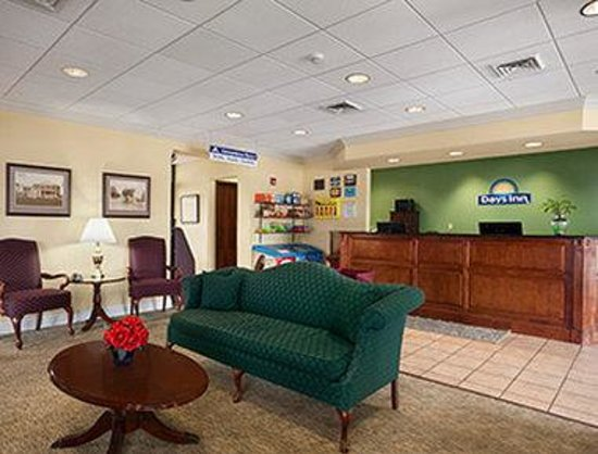 Days Inn Frederick: Front Desk