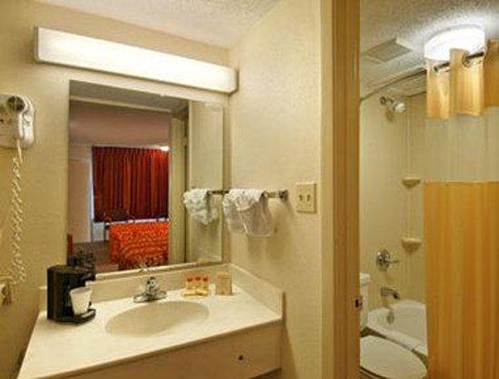 Knights Inn San Antonio Near AT&T Center: Bathroom