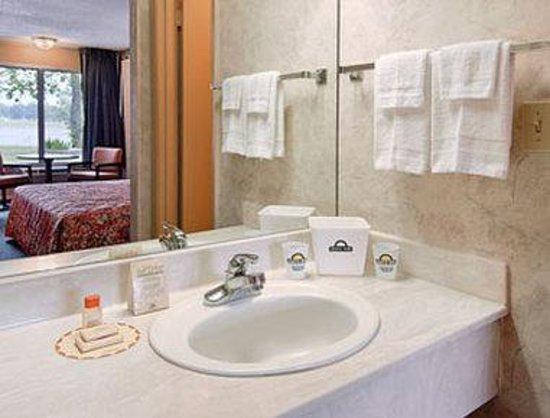 Sunrise Inn & Suites: Bathroom