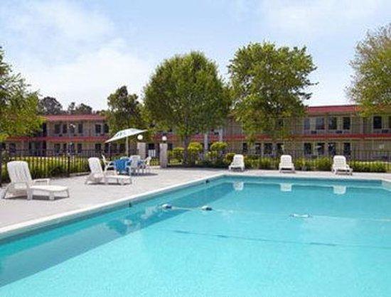 Sunrise Inn & Suites: Pool