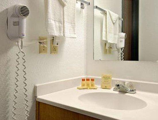 Days Inn Winona: Bathroom