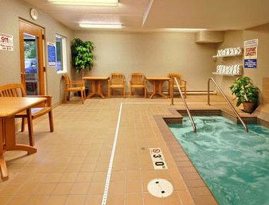 Days Inn Duluth/By Miller Hill Mall: Whirlpool