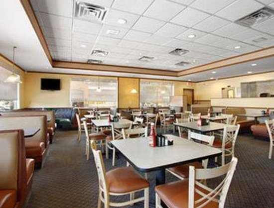 Travelodge Tampa/ West Of Busch Gardens: Breakfast Area