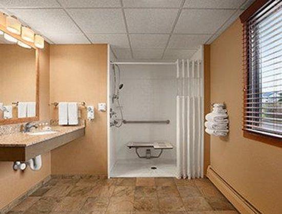 Days Inn Helena: ADA Bathroom