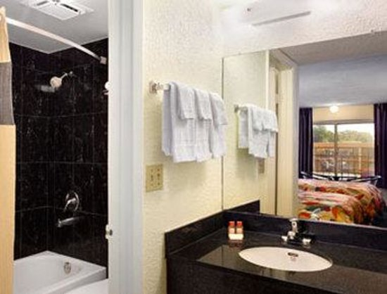 Travelodge Tampa/ West Of Busch Gardens: Bathroom