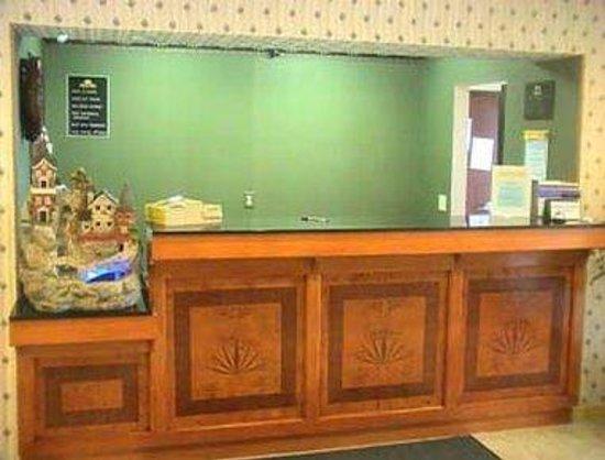 Days Inn Sullivan: Front Desk