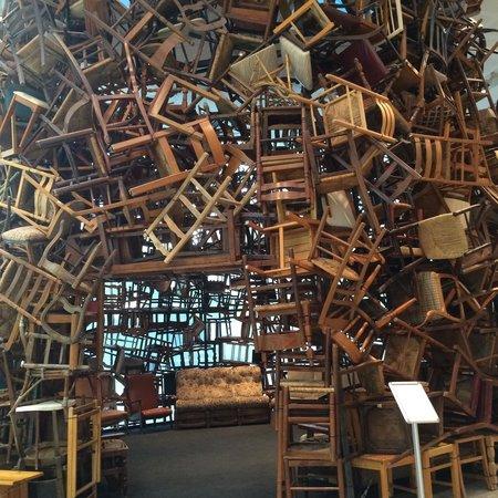 Manarat al Saadiyat: Una de las obras hecha de sillas