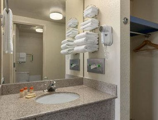 Days Inn Gettysburg : Bathroom.