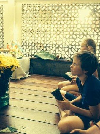 Phranakorn-Nornlen Hotel : bloemstukje maken voor boedhistisch feest