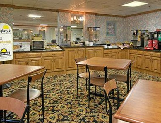 Days Inn Newport News/Oyster Point at City Center: Breakfast Area