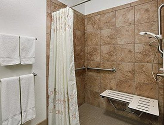Days Inn Great Falls: ADA Bathroom