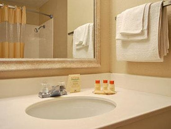Knights Inn Tell City: Bathroom