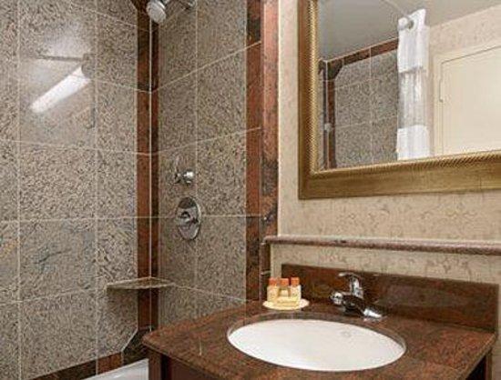 Days Inn Lanham Washington D.C : Bathroom