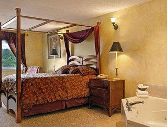 Days Inn - Columbus IN: Jacuzzi Suite