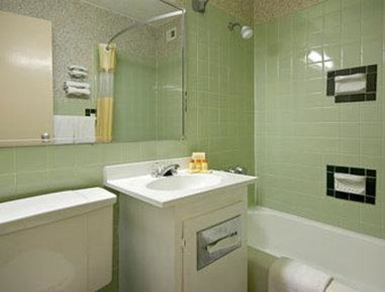 Days Inn Philadelphia - Roosevelt Boulevard: Bathroom