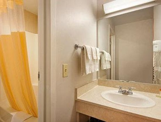 Days Inn Chambersburg: Bathroom