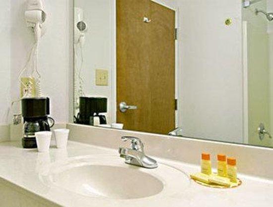 Days Inn & Suites Morganton: Bathroom