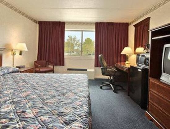 Days Inn & Suites Columbus East Airport: Standard King Bed Room