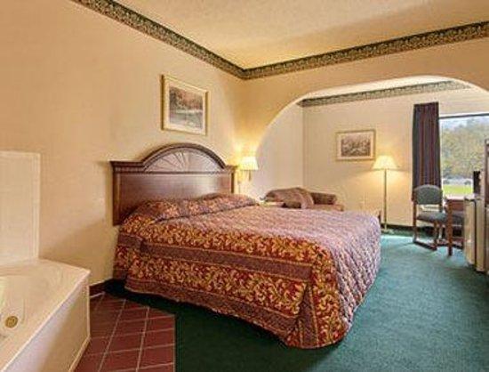 Days Inn & Suites Louisville SW: Jacuzzi Suite