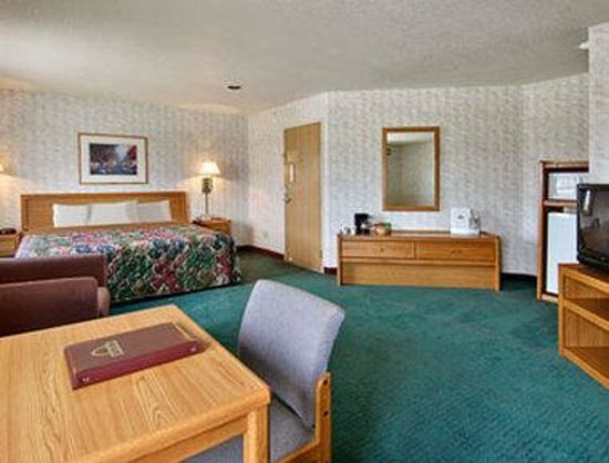 Days Inn West Yellowstone: Jacuzzi Suite One King Bed Room