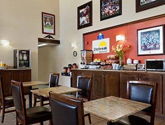 Days Inn & Suites Tuscaloosa - University of Alabama: Breakfast Area