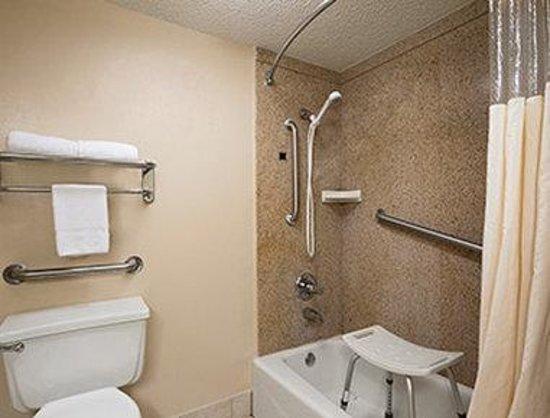 Days Inn & Suites Tuscaloosa - University of Alabama: ADA Bathroom