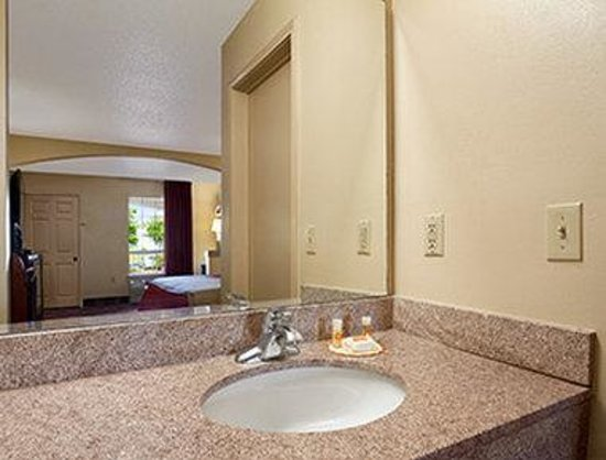 Days Inn & Suites Tuscaloosa - University of Alabama : Bathroom