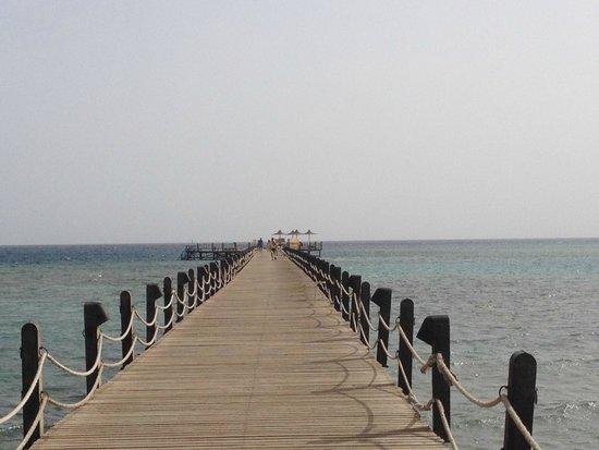Stella Di Mare Beach Resort & Spa Makadi Bay: Il pontile di 80 metri per raggiungere la barriera corallina