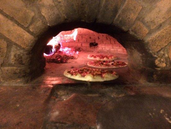 La Pizzéria Romane : Pizzas au feu de bois