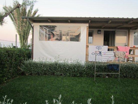 Camping Villaggio Calypso: vista della casa mobile dal giardino della stessa