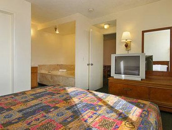 Days Inn Ontario Airport: Jacuzzi Suite
