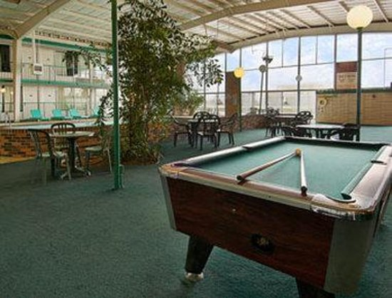 Knights Inn Rantoul: Courtyard with Pool Table