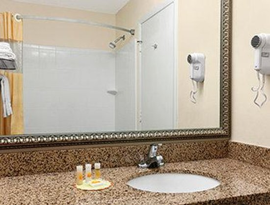 Days Inn Harrisonburg: Bathroom