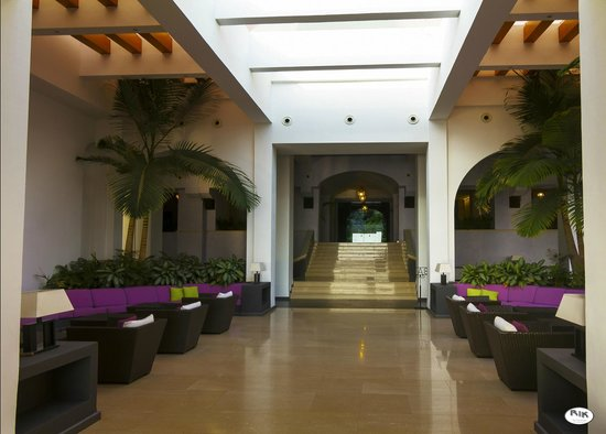 Hotel Santa Tecla Palace: The enourmous lounge area looking to the reception
