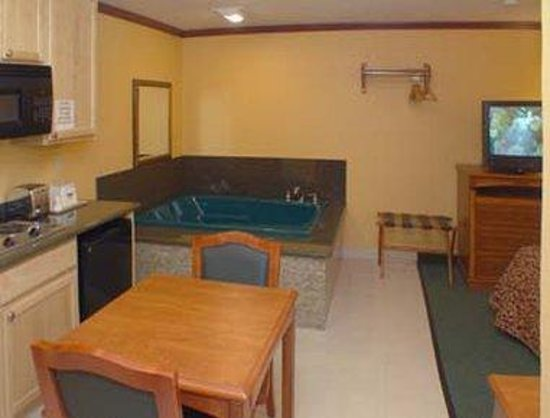 Days Inn King City: Efficiency Room With Jacuzzi