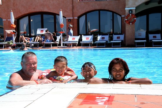 Hotel Club Cala Blu : famille dans la piscine