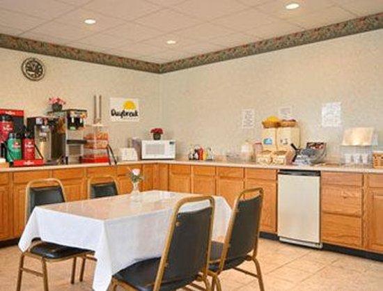 Days Inn Bedford: Breakfast Area