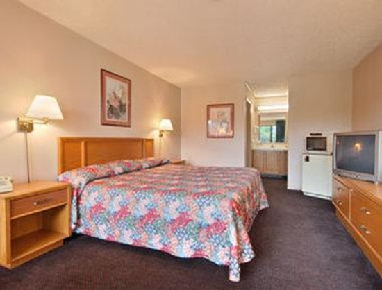 Days Inn Bedford: Standard King Bed Room