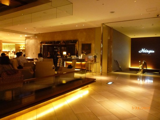 Hilton Tokyo : Entrance to St George's Bar for breakfast