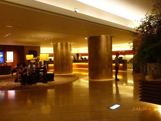 Hilton Tokyo: Hotel lobby / reception