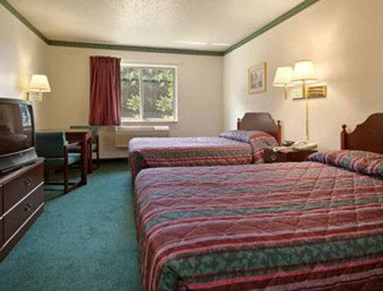 Days Inn Toledo Airport: Standard Two Double Bed Room
