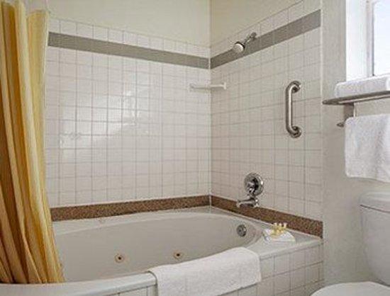 Days Inn Rocklin/Sacramento : Bathroom - Suite