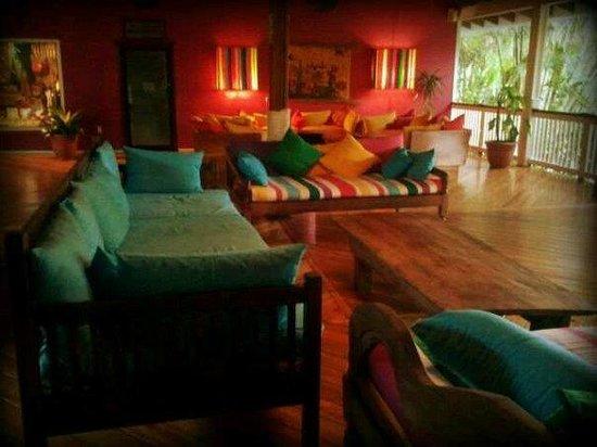 Henry Morgan Resort: La coloratissima lobby!