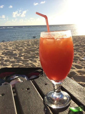 Manuia Beach Resort: cocktails at happy hour