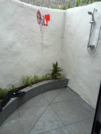 Manuia Beach Resort: outdoor shower