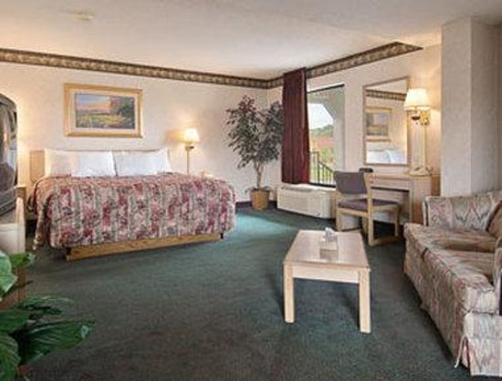 Days Inn Memphis - I40 and Sycamore View: Jacuzzi Suite